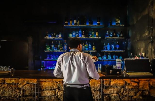 バーにいる男性の画像。
