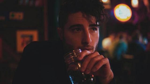 お酒を飲む男性の画像。