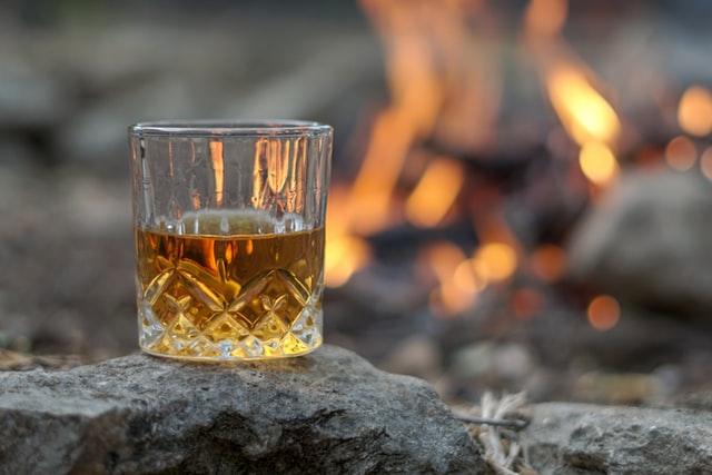 グラスに入ったウィスキーの画像。