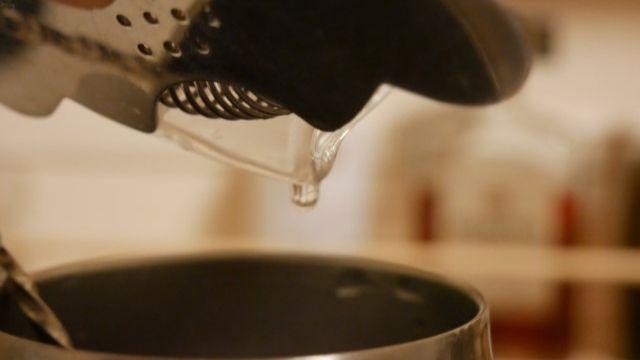 水を切る画像。