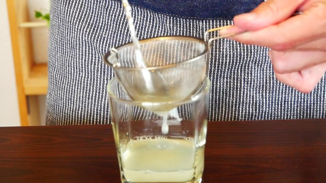 グレープフルーツを茶こしで濾す画像。