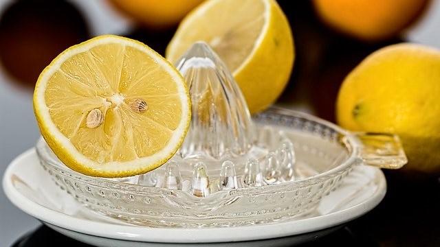 生のレモンの画像。