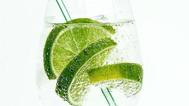 炭酸水が入った飲み物の画像。