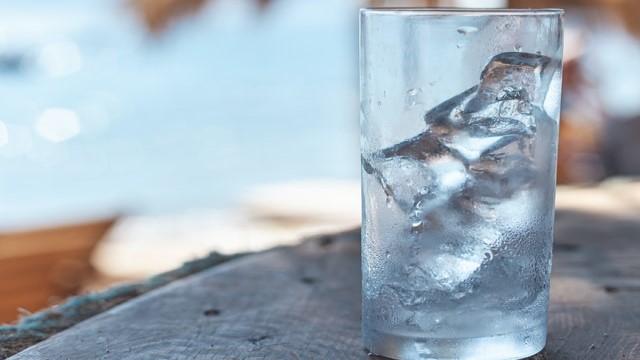 グラスに入った氷の画像。