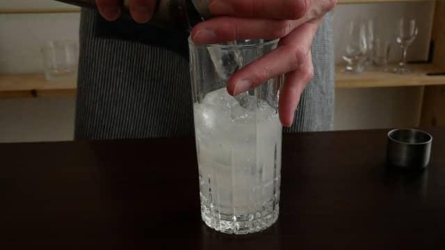 氷を加える画像。