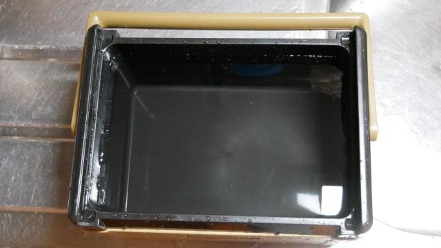 水を入れたクーラーボックスの画像。