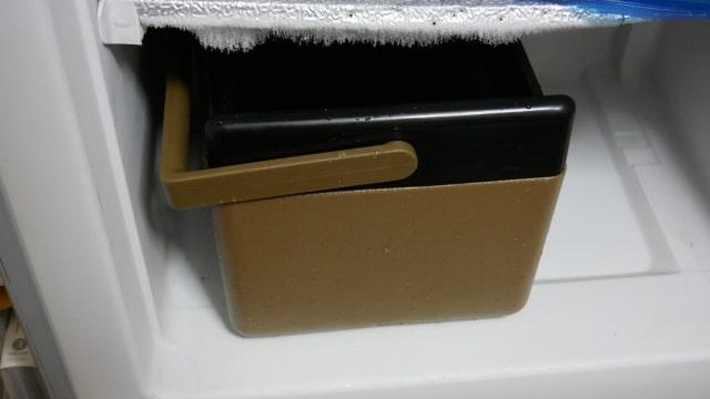 冷凍庫にいれたクーラーボックスの画像。