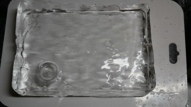 なめらかになった板氷の画像。