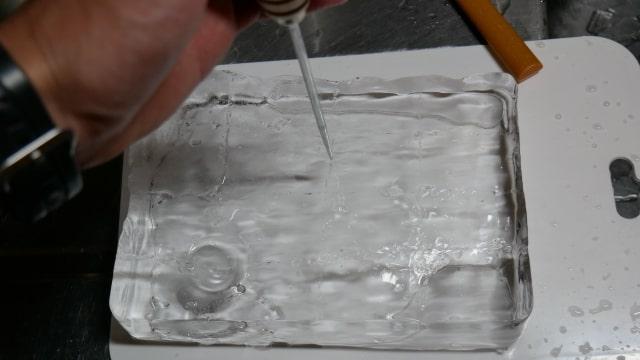 アイスピックと板氷の画像。