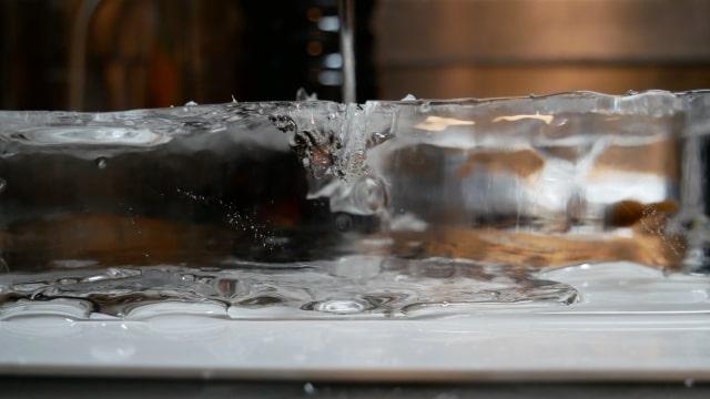 横から見た板氷の画像。