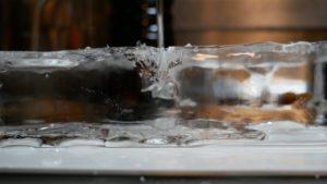 透明な氷が割れていく。