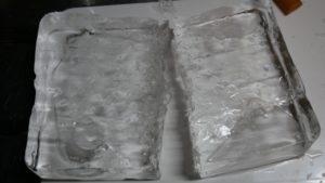 真っ二つの透明な氷。
