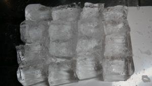 16等分の透明な氷。