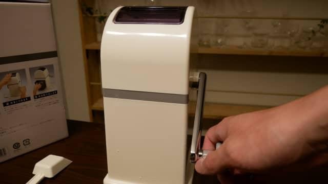 アイスクラッシャーのレバーを回す画像。
