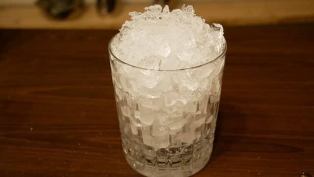 グラスとクラッシュアイスの画像。