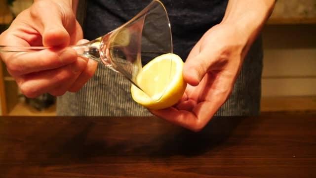 グラスの縁をレモンでぬらす画像。