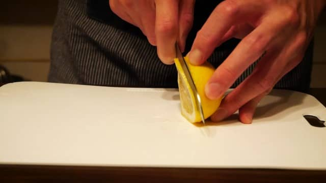 レモンをスライスする画像。