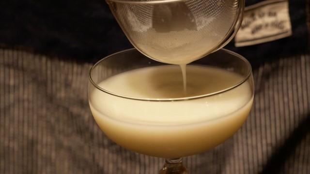 液体を濾しながらカクテルグラスに注ぐ。