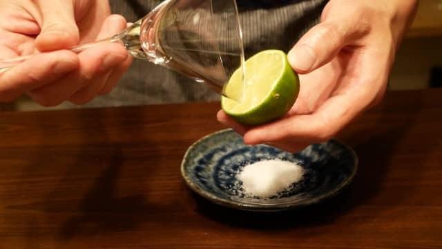 グラスにライム果汁をつける画像。