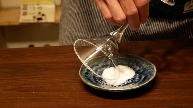グラスのふちに砂糖をつける画像。