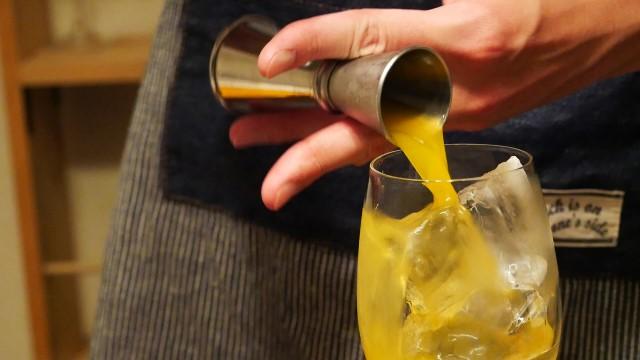 オレンジジュースを注ぐ。