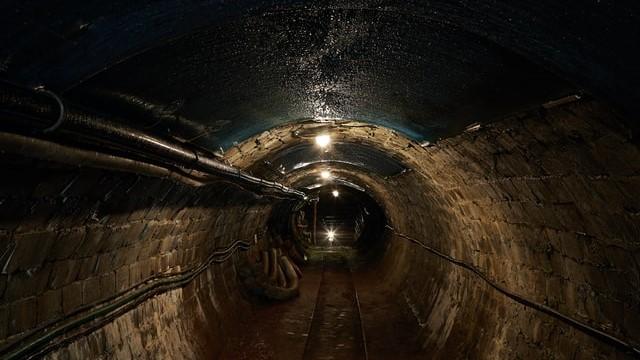鉱山のトンネルの中。