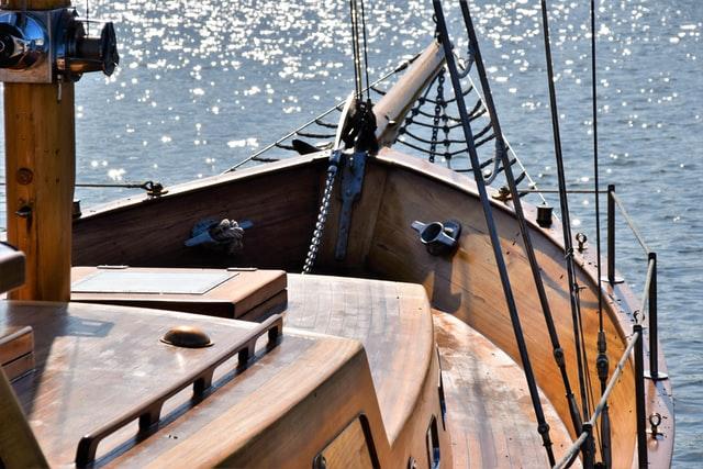 船の甲板。