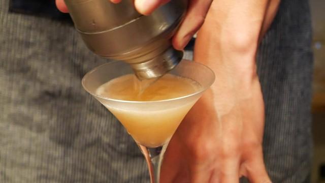 シェイクしたツアリーヌをグラスに注いでいる画像。