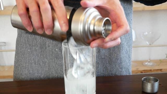 氷をグラスにいれる画像。