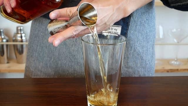 ウィスキーを注ぐ画像。