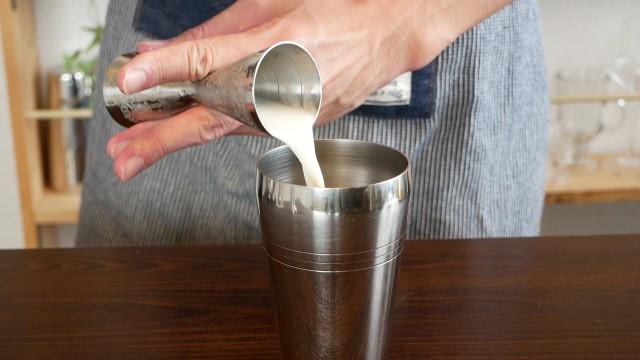 牛乳を注ぐ画像。