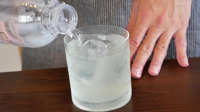 炭酸水を注ぐ画像。