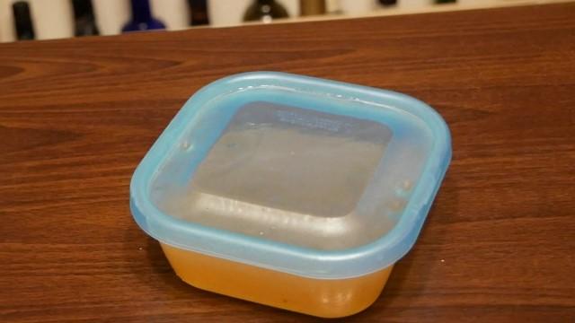 油脂とバーボンウィスキーを混ぜ合わせた液体を放置する画像。