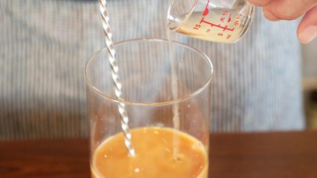 レモン果汁を注ぐ画像。