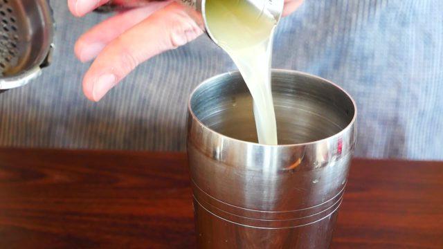 レモンジュースを注ぐ画像。