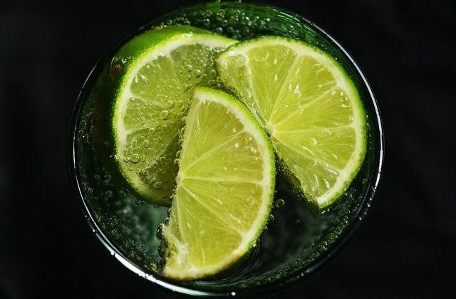 ライムが入った飲み物の画像。