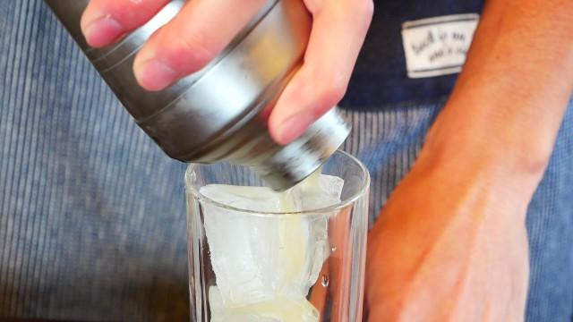 カクテルをグラスに注ぐ画像。