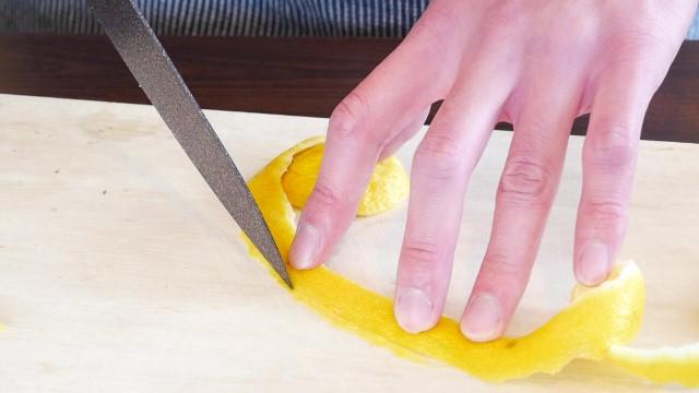 レモンの皮のはしを切る画像。