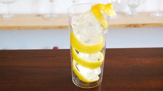 レモンの皮と氷を入れたグラスの画像。