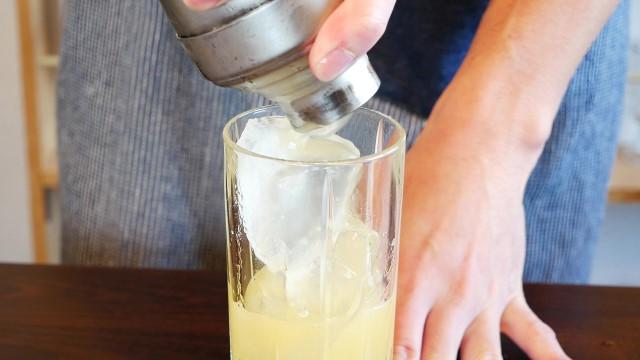 グラスにカクテルを注ぐ画像。