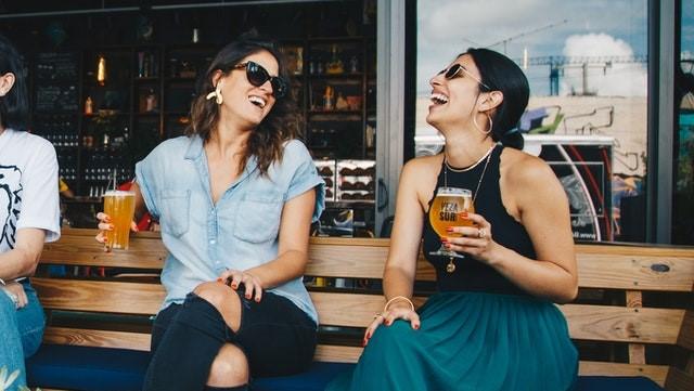 日中にお酒を飲むイメージ画像。