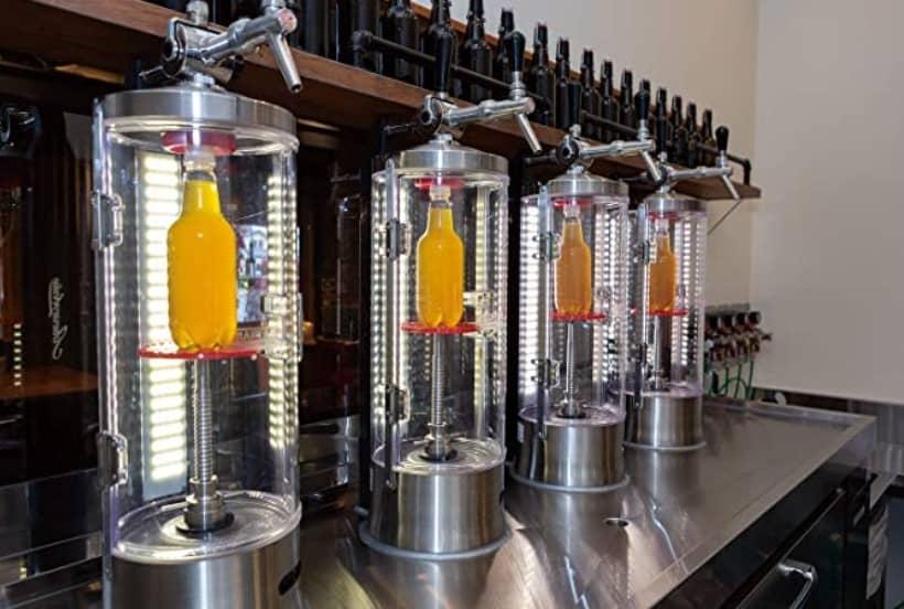 ペットボトル生ビールをつくる画像。