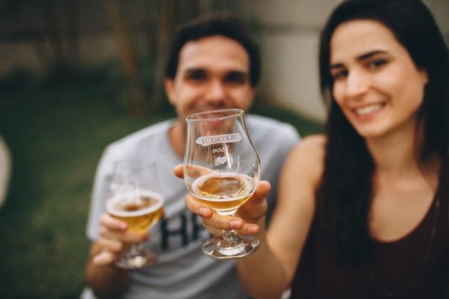生ビールを楽しむカップルの画像。