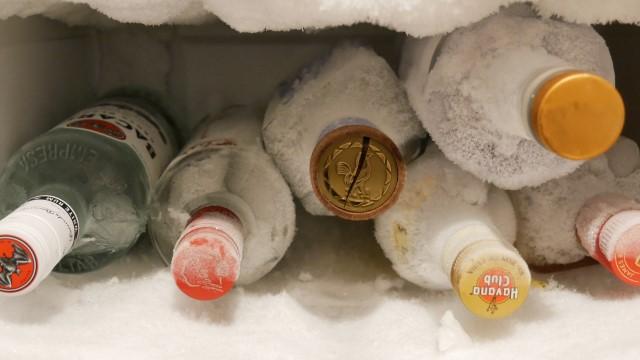 お酒を冷凍庫に入れている画像。