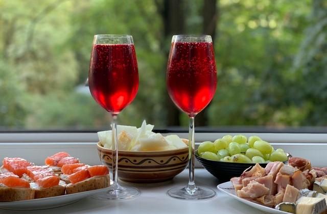 赤ワインカクテルのイメージ画像。