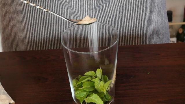キビ砂糖をグラスに入れる画像。