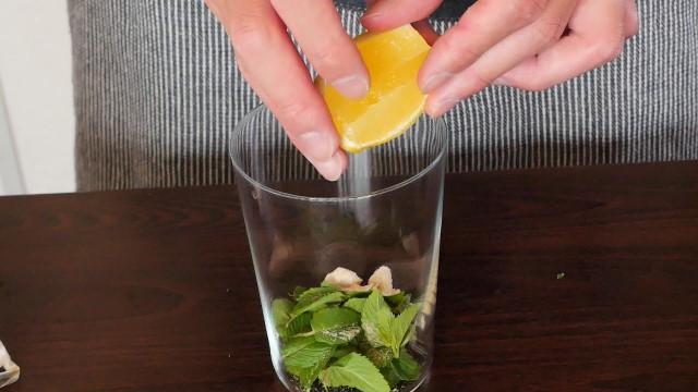 レモンをしぼる画像。