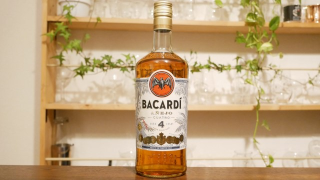 バカルディクアトロのボトル画像。