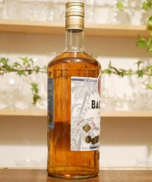 バカルディクアトロの横から見たボトルの画像。
