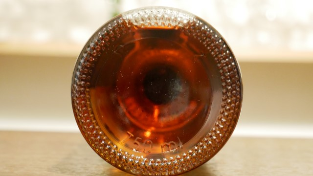 バカルディクアトロの底から見たボトルの画像。